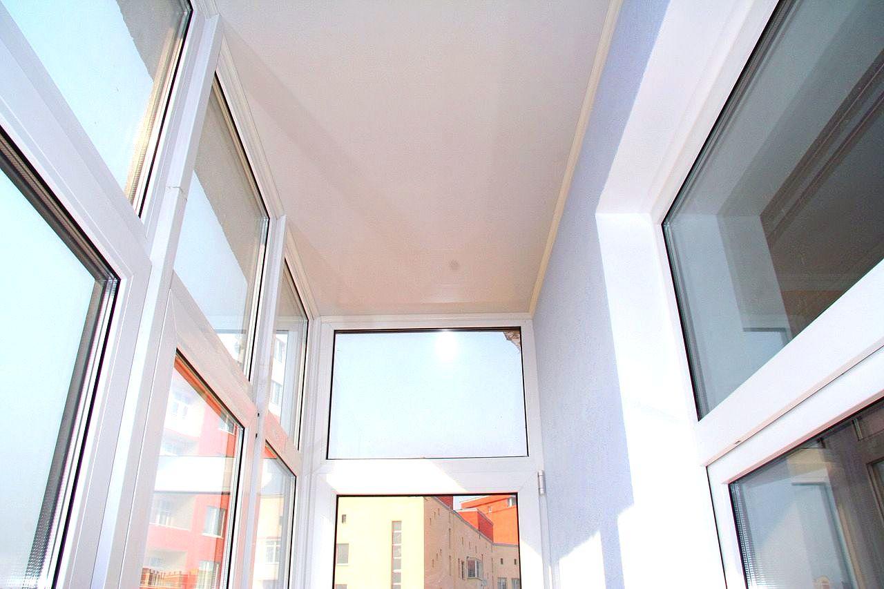 Навесной потолок на балконе: советы, фото, видео.
